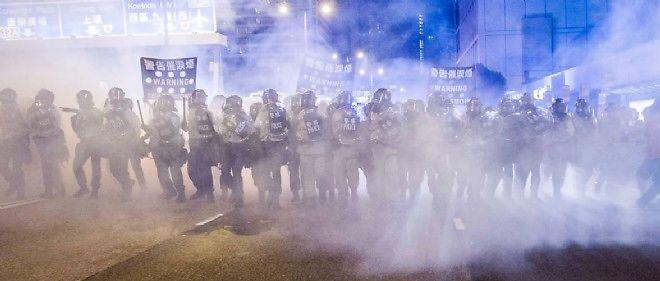 Les policiers ont dispersé la foule le 28 septembre à Hong Kong.
