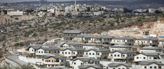 La colonie israélienne d'Elkana (au premier plan), construite en Cisjordanie, faisant face au village palestinien de Saniriya (en arrière-plan).