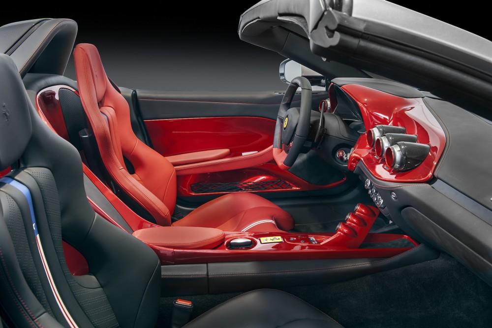 Les sièges de course disposent également d'un motif de drapeau américain stylisé au centre de chaque siège et du dossier. ©  Ferrari