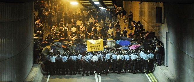Des dizaines de policiers, portant casques et boucliers antiémeutes, ont tenté d'acculer des centaines de manifestants à une entrée du tunnel.