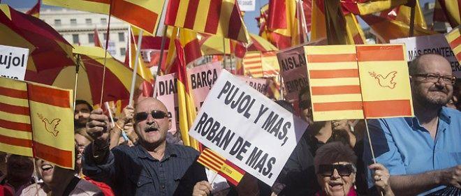 Des manifestants espagnols opposés à l'indépendance de la Catalogne défilent à Barcelone le 12 octobre 2014.