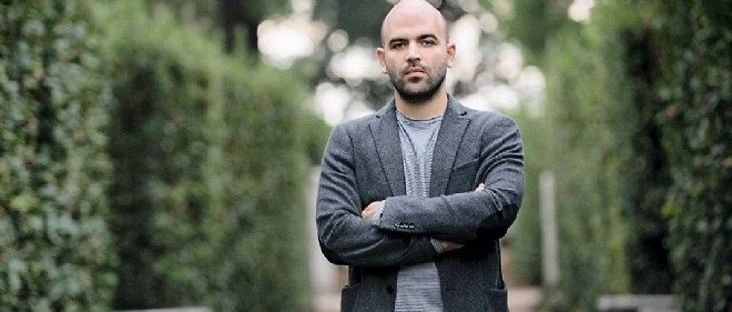 "Roberto Saviano dans les jardins de la Villa Médicis, à Rome, en octobre. Depuis ""Gomorra"", il vit avec un contrat sur la tête."