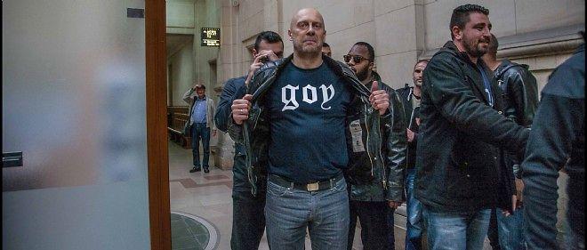"""L'essayiste d'extrême droite Alain Soral est venu à l'audience avec un tee-shirt portant l'inscription """"goy""""."""
