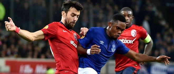 Le joueur du Losc Marko Basa tente de reprendre le ballon à Samuel Eto'o.
