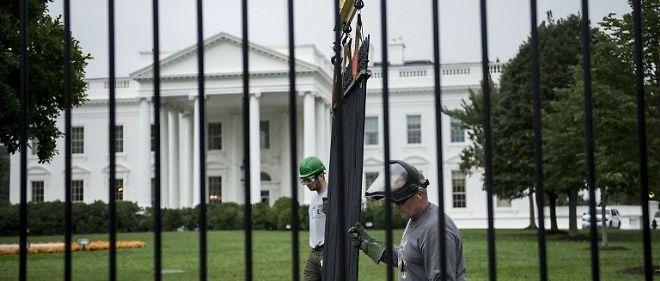 Des employés de la Maison-Blanche procèdent au remplacement des grilles (photo d'illustration).