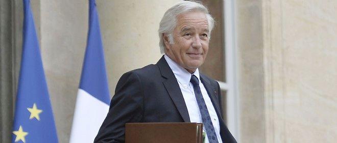 Le ministre du Travail, François Rebsamen, sur le parvis de l'Élysée.