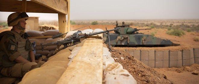 Un soldat français de l'opération Serval protège l'entrée de la base de Gao, au Mali, le 26 avril 2013.