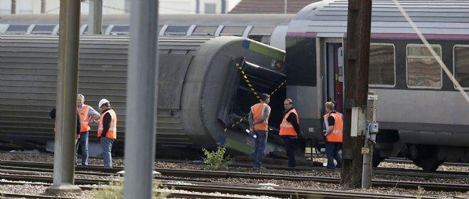 Des enquêteurs sur le site de l'accident ferroviaire de Brétigny-sur-Orge, le 13 juillet 2013.