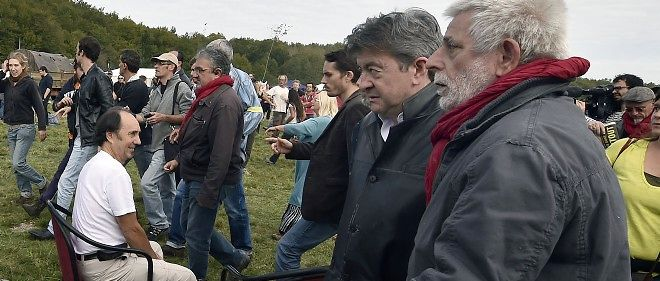Jean-Luc Mélenchon avec des opposants du chantier du barrage de Sivens le 25 octobre 2014.