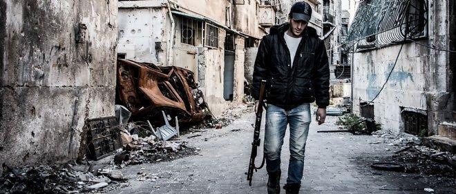 Un combattant rebelle marche seul dans une rue d'Alep dévastée, le 25 octobre 2014 (photo d'illustration).