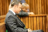 Oscar Pistorius pleure, lors de son procès. ©KIM LUDBROOK