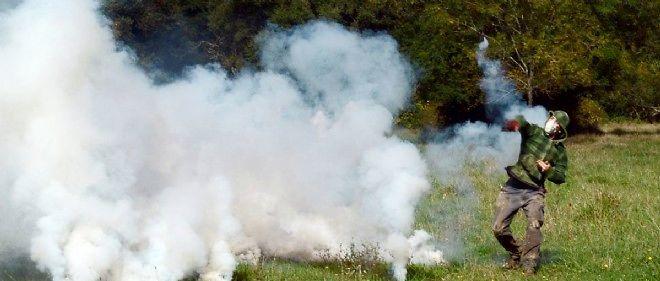 Un manifestant renvoie une grenade lacrymogène aux forces de l'ordre le 9 septembre sur le site du barrage controversé.