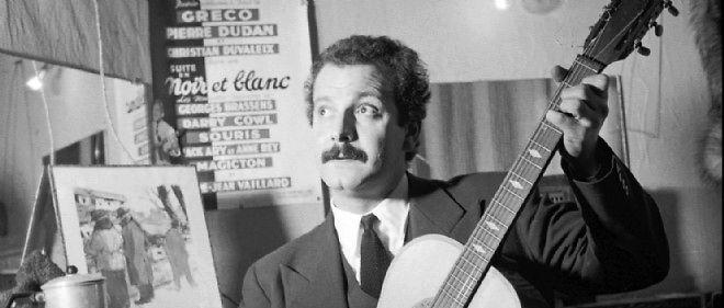 Georges Brassens en 1950 dans sa loge aux Trois Baudets.