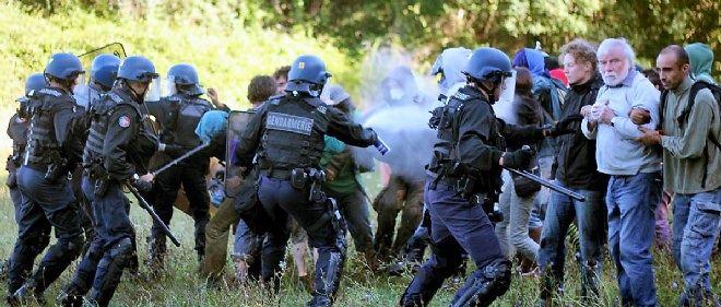 Les forces de l'ordre interviennent le 1er septembre devant une manifestation contre la construction du barrage controversé.