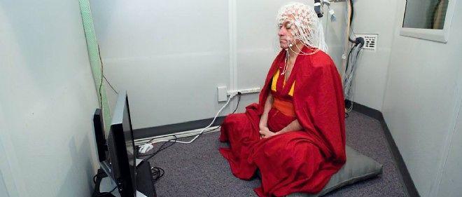 Le moine bouddhiste Mathieu Ricard, coiffé d'un bonnet d'électroencéphalographie, participe à des expériences sur la méditation.