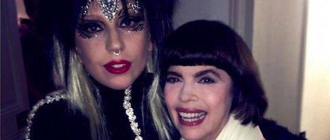 """Lady Gaga et Mireille Mathieu dans les coulisses de """"C à vous""""."""
