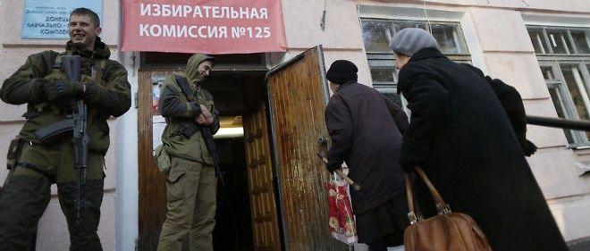 Deux femmes se rendent aux urnes à Donetsk le 2 novembre 2014.