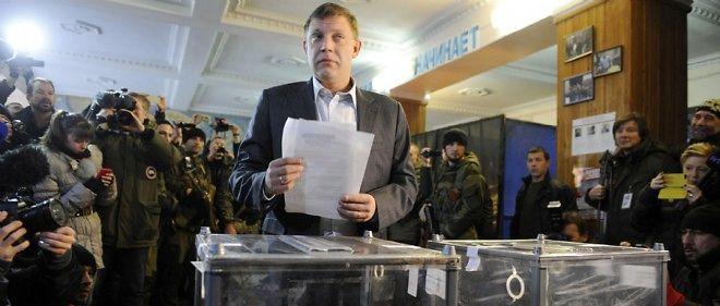 Le Premier ministre de la république auto-proclamée de Donetsk Alexander Zakharchenko dépose son bulletin de vote à Donetsk le 2 novembre 2014.