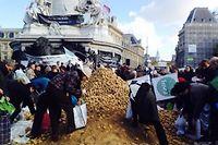 Place de la république à Paris, ce mercredi 5 novembre 2014, des agriculteurs d'Ile-de-France délivrent gratuitement des fruits et légumes. ©Pauline Tissot et Ayann Koudou