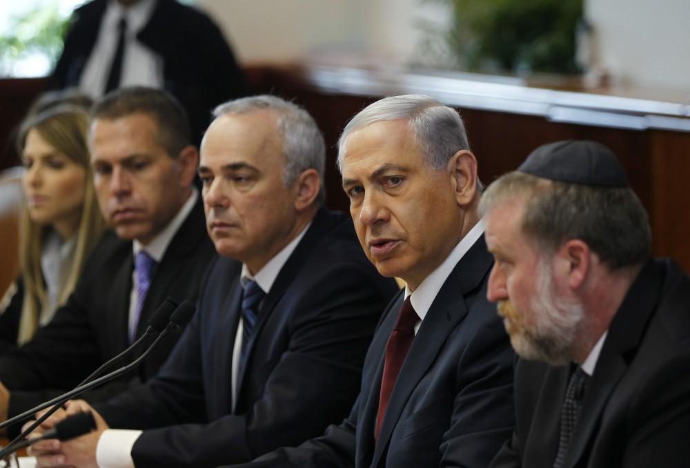 Le ministre israélien du Renseignement Yuval Steinitz (à gauche de Netanyahou) © RONEN ZVULUN AFP