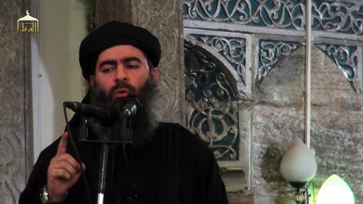 Capture d'image d'une vidéo diffusée le 5 juillet 2014 par al-Furqan Media montrant le leader du groupe Etat islamique Abou Bakr al-Baghdadi s'adressant à ses fidèles à la mosquée de Mossul, dans le nord de l'Irak © - Al-Furqan Media/AFP/Archives