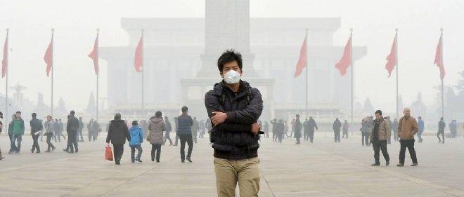 Un Chinois portant un masque antipollution sur la place Tian'anmen, à Pékin.