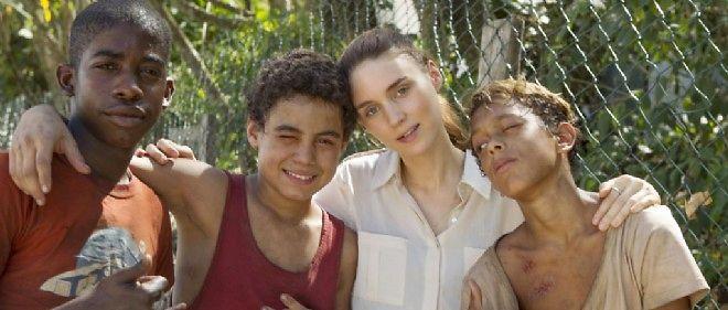 """Rooney Mara entourée des trois héros de """"Favelas""""."""