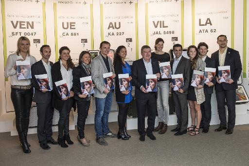 Le patron du CIO Thoams Bach (c) pose avec des athlètes invités à la table ronde de la présentation de l'Agenda 2020, le 18 novembre 2014 à Lausanne ©  KEYSTONE/AFP
