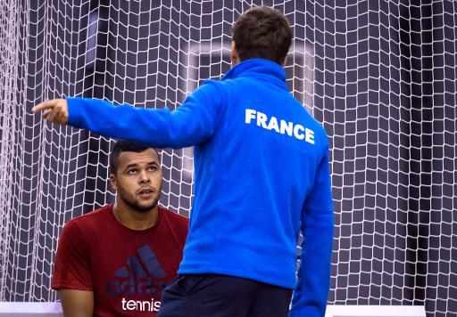 Jo-Wilfried Tsonga (g) échange avec son capitaine Arnaud Clément, lors d'une séance d'entraînement, le 17 novembre 2014 à Marcq-en-Baroeul ©  AFP