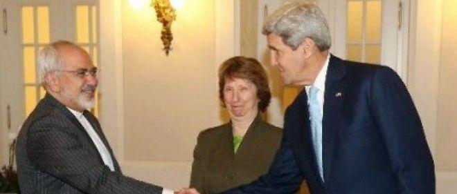 Le ministre iranien des Affaires étrangères Mohammad Javad Zarif (g) et le chef de la diplomatie américaine John Kerry (d) avec la chef de la diplomatie européenne Catherine Ashton à Vienne le 20 novembre 2014