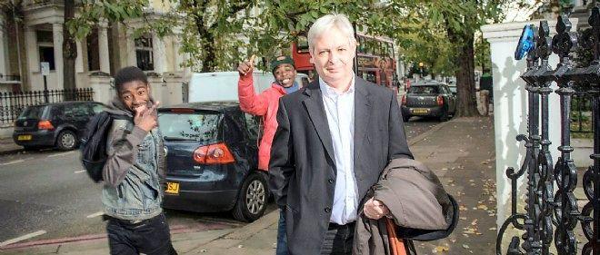 Le romancier Jonathan Coe dans son quartier d'Earl's Court, le 12 novembre.