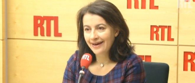 Cécile Duflot ne peut se séparer de son smartphone...