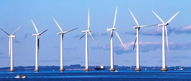 Des éoliennes en mer.