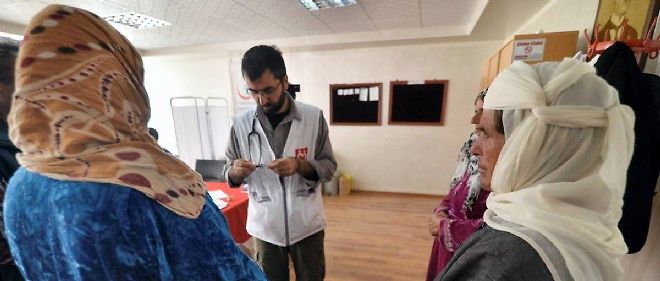 Un médecin soigne des réfugiées kurdes de Syrie, qui ont fui Kobané, dans un hôpital temporaire à Suruç, en Turquie (illustration).
