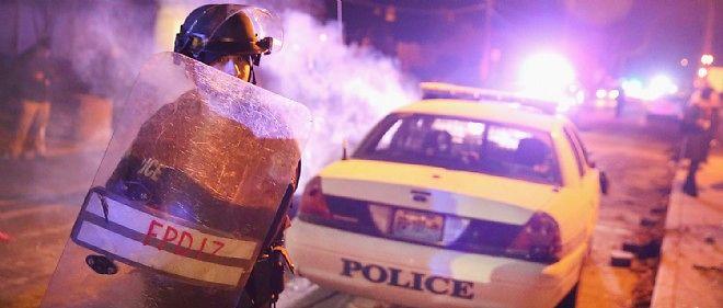 Moins nombreux que la veille, une centaine de manifestants bruyants se sont rassemblés en début de soirée près du commissariat de police de Ferguson, faisant face à environ 50 policiers antiémeute.