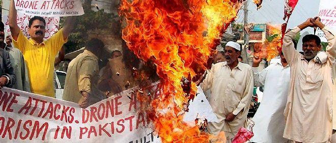 Au Pakistan, des manifestants brûlent un drapeau américain pour protester contre les attaques de drones contre les zones tribales.