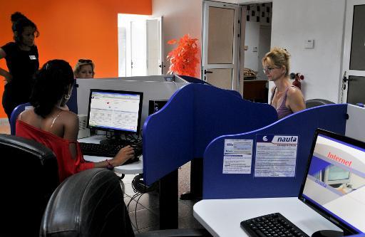 Des Cubains utilisent internet au bureau, le 28 novembre 2014 © Adalberto Roque AFP