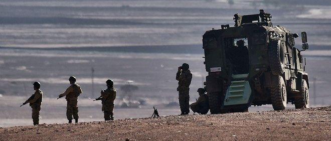 Des soldats kurdes en face de la ville de Kobané.