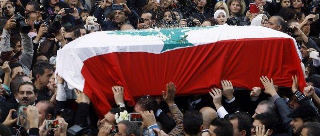 Des milliers de Libanais se sont rassemblés dimanche dans le centre de Beyrouth pour les funérailles de la diva Sabah.