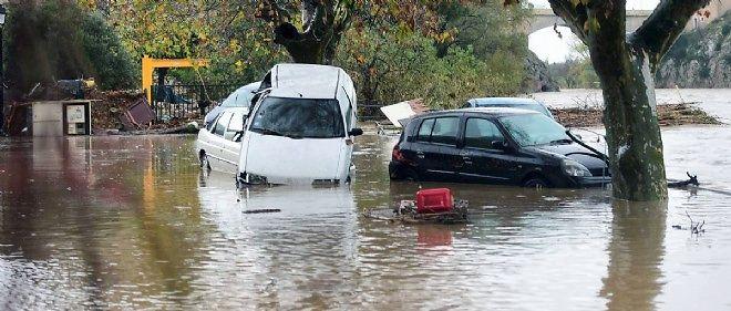 Les autorités redoutent que des particuliers tentent de prendre leur voiture dans de telles conditions météorologiques.