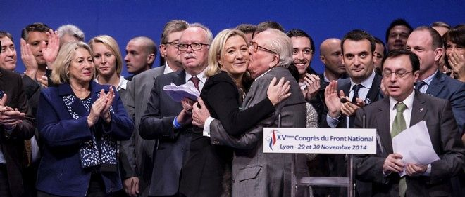 Embrassade lors du congrès du FN, à Lyon.