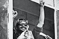 Yasser Arafat le 6 août 1970 à la fenêtre du siège de l'OLP à Amman. ©AFP