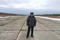 A 1800 kilomètres de Moscou, au-delà du cercle polaire, Sergueï Sotnikov, 56 ans, pose sur