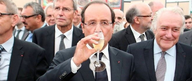 Francois Hollande buvant une coupe de champagne (illustration).