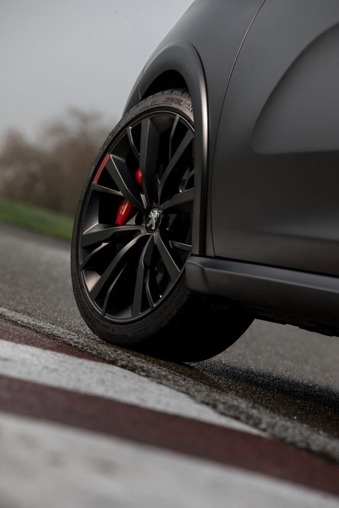 La 208 GTI 30th se reconnaît à ses jantes de 18 pouces noir mat laissant apparaître des étriers Brembo 4 pistons, et à son carrossage négatif des roues avant de près de 2°. ©  PEUGEOT