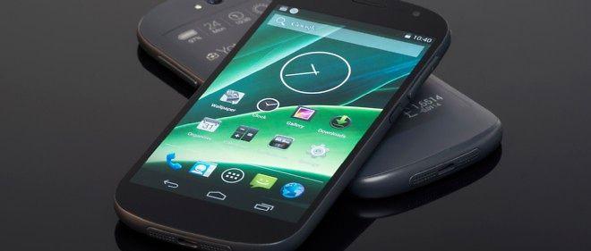 Le YotaPhone 2 a un écran classique, et un écran noir et blanc pour toujours garder un oeil sur les notifications.