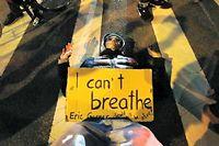 Manifestation à New York contre la décision de ne pas poursuivre le policier qui a tué Eric Garner lors de son interpellation. ©Jason DeCrow/AP/SIPA