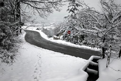 """Vue en date du 4 janvier 2010 d'une route secondaire de la campagne Lyonnaise, alors que d'après le Bulletin de Météo France, trois départements (Ain, Drôme, Isère) étaient en """"vigilance orange"""" neige et verglas © Jean-Philippe Ksiazek AFP/Archives"""