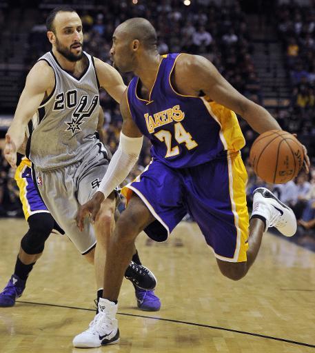 Kobe Bryant drible Manu Ginobili défenseur des Spurs, au AT&T à Center, à San Antonio au Texas, le 12 décembre 2014 © Darren Abate Getty/AFP