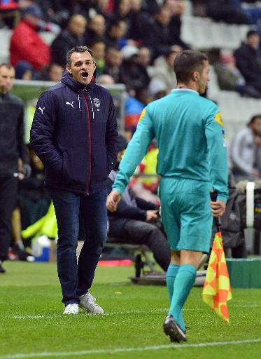 Le technicien bordelais Willy Sagnol interpelle un arbitre de touche, lors du match contre Nantes, le 13 décembre 2014 à la Beaujoire ©  AFP